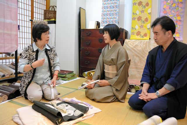 接客する茨木国夫さん(右)とゆりさん(中央)=新潟市中央区古町通7番町