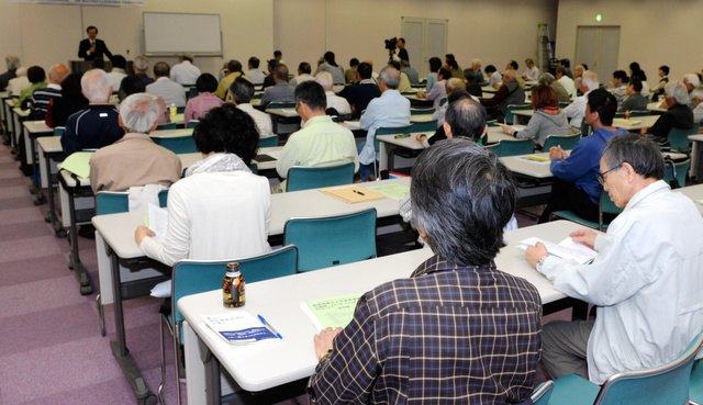 憲法の成り立ちなどを説明した小沢隆一教授の講演には約170人が参加した=宮崎市民プラザ