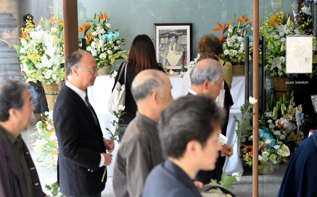 小尻記者の遺影に献花するために、朝から多くの人が訪れた=3日午前9時48分、兵庫県西宮市の朝日新聞阪神支局、水野義則撮影