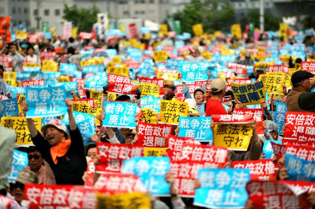 かけ声に合わせてプラカードを掲げる人たち=3日午後2時6分、東京都江東区、金居達朗撮影