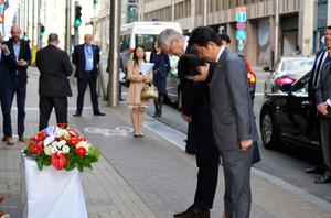ベルギーでの連続テロの現場となった地下鉄マルベーク駅で献花した安倍晋三首相ら=ブリュッセル、小野甲太郎撮影
