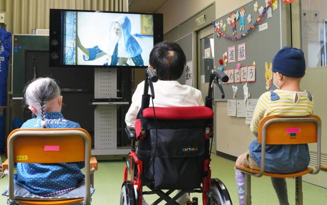 フェルメールの作品の映像を鑑賞する子どもたち=福島市の県立須賀川養護学校医大分校