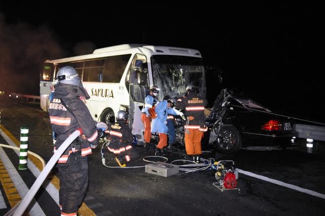 乗用車がバス前面に食い込んでいる=4日午後9時46分、福島県大熊町、本田雅和撮影