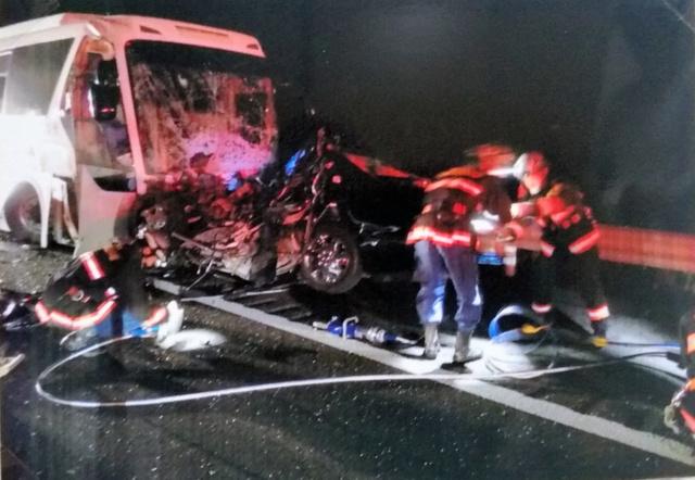 乗用車とバスが正面衝突した事故現場=福島県大熊町、福島県警提供