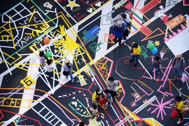 路上にテープを貼って完成した作品=5日午後、東京都中央区、小玉重隆撮影
