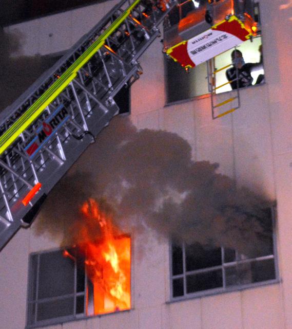 消防のはしご車がビルの最上階から助けを求める人を救助した=北九州市小倉北区室町2丁目