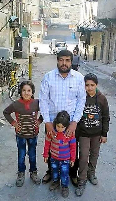 4月27日にアレッポ中心部カッラサ地区の自宅アパートが空爆され、死亡したアフマド・マラスさん(中央)と子どもたち=アブ・バッサムさん提供