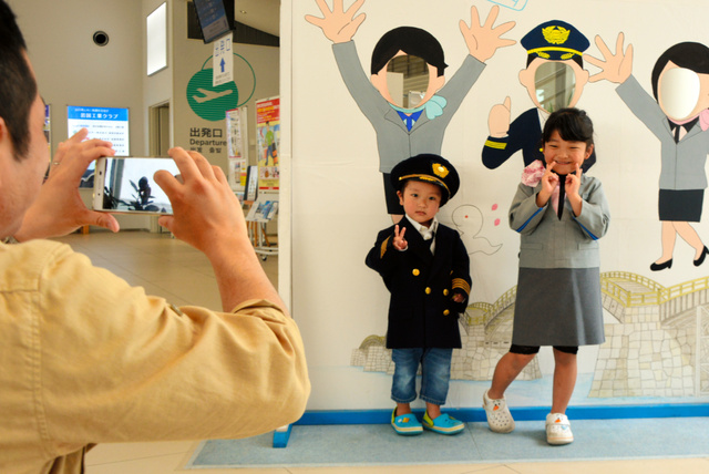 記念撮影をする子どもたち=岩国錦帯橋空港