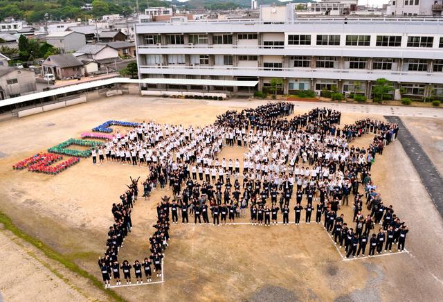 土庄高校の校章をかたどった人文字(写真は左方向から撮影)=土庄町