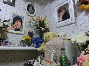 自宅に飾られた高原滉さんの遺影と遺骨