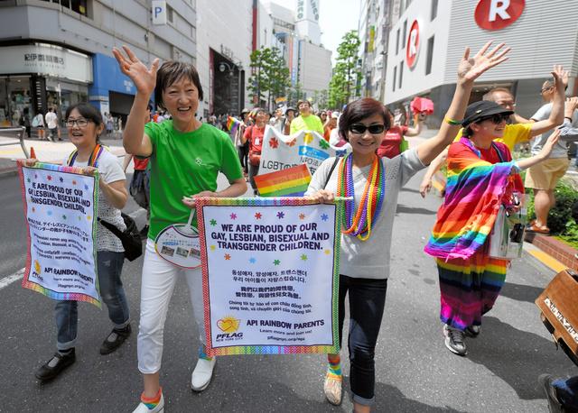 「東京レインボープライド2016」のパレードに参加したクララ・ユンさん(中央右)。その左は日本の支援団体「LGBTの家族と友人をつなぐ会」の小林りょう子さん=8日午後、東京都渋谷区、竹花徹朗撮影