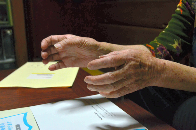 身内にチッソ関係者がいる女性は、手を震わせながら、チッソと水俣病について複雑な心境を話した=熊本県芦北町湯浦