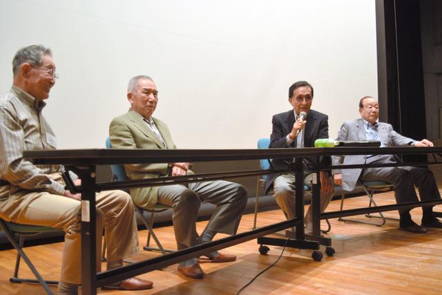 野球部員の質問に答える佐々木信也さん(右から2人目)ら=藤沢市