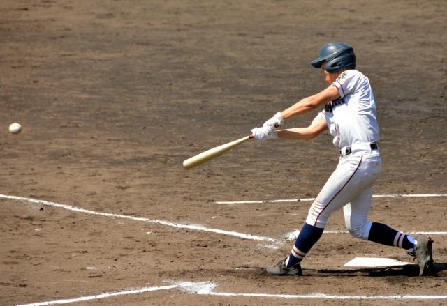 新津―長岡工 三回裏長岡工1死二塁、椿が先制の二塁打を放つ=佐藤池