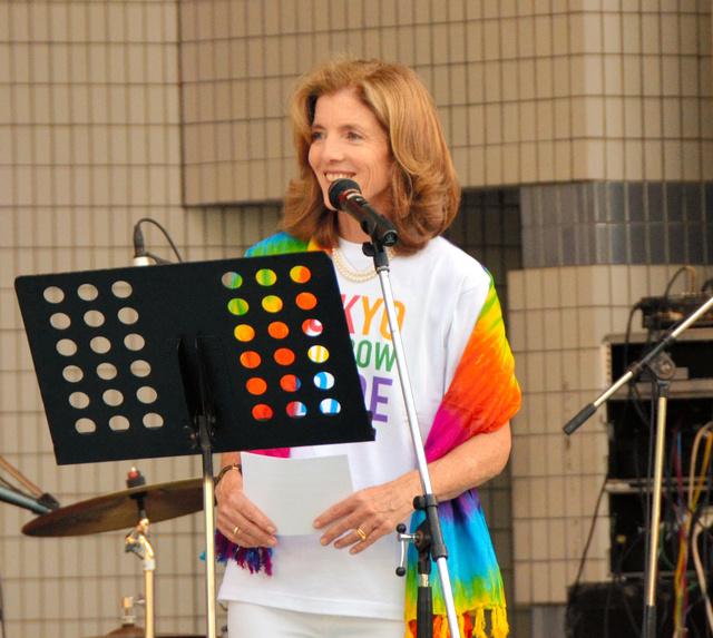 東京レインボープライドのロゴ入りTシャツを身につけステージで話すケネディ駐日米大使=東京都渋谷区