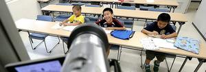 ネットを通じ、東大生から国語の授業を受ける小学4年生=沖縄県与那国町、林敏行撮影