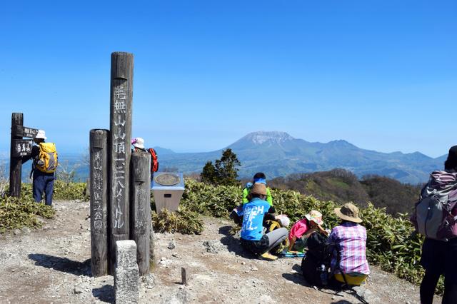 登山者らでにぎわう山頂。大山南壁などが一望できる=鳥取、岡山の両県境