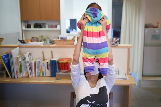 支援団体が開くサロンに長男を連れてきた女性。「私と同じ思いを、この子にはさせたくない」=伊藤進之介撮影