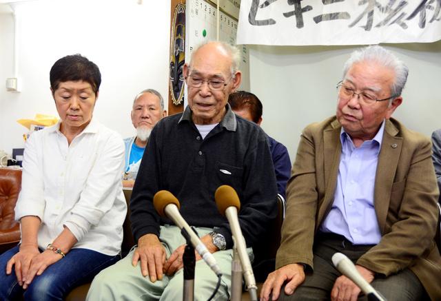 提訴後に記者会見に臨む元船員代表の桑野浩さん(右)と元船員の山崎武さん(中央)、遺族代表の下本節子さん=9日、高知市、西村奈緒美撮影