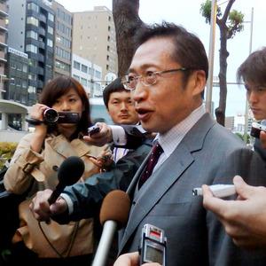 おおさか維新の会の松井一郎代表との会談を終え、取材に応じる渡辺喜美氏=大阪市中央区