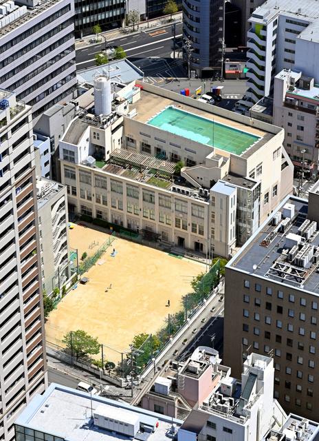 屋上にプールがある開平小学校=大阪市中央区、朝日新聞社ヘリから、伊藤進之介撮影