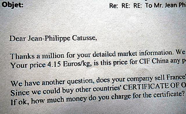 中国の羽毛会社がフランスの羽毛加工会社に、「原産地証明書」を買いたいと要請しているメール