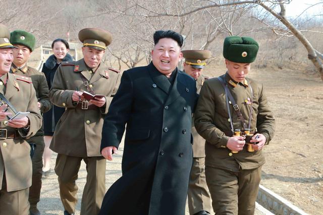 東海岸の前線哨所を守る江原道の薪島防御中隊を視察する金正恩氏。後方の女性は金与正氏。日時は不明。朝鮮中央通信が2015年3月12日に報じた=朝鮮通信