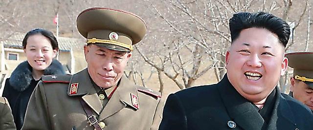 視察する金正恩氏。後方の女性は金与正氏。日時は不明。朝鮮中央通信が2015年3月12日に報じた=朝鮮通信