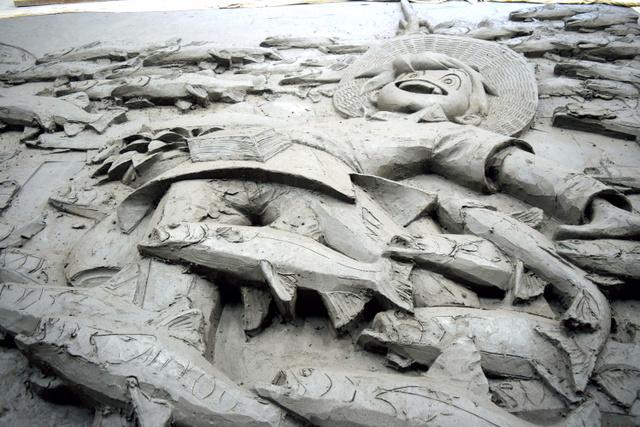 制作中の陶板レリーフ=日本交通文化協会提供