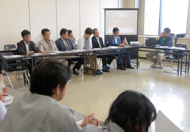 検討会にはドローンに関わる民間企業の代表者らも出席し、意見交換した=県庁
