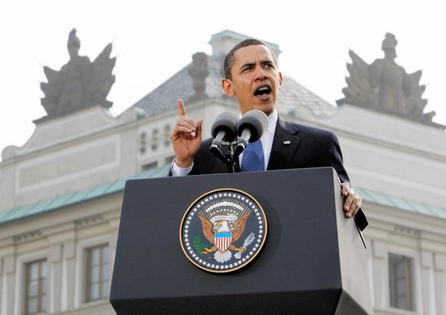 2009年4月、チェコ・プラハで演説し、「核なき世界」を訴えたオバマ米大統領=AP