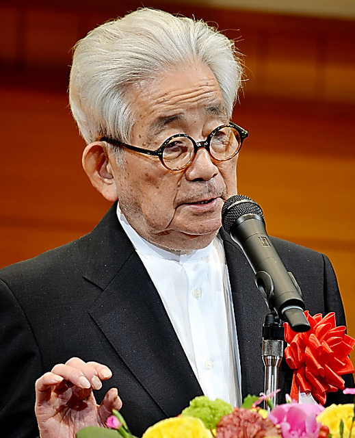 加藤周一さんの天皇制を論じた文章について語る大江健三郎さん=京都市の立命館大