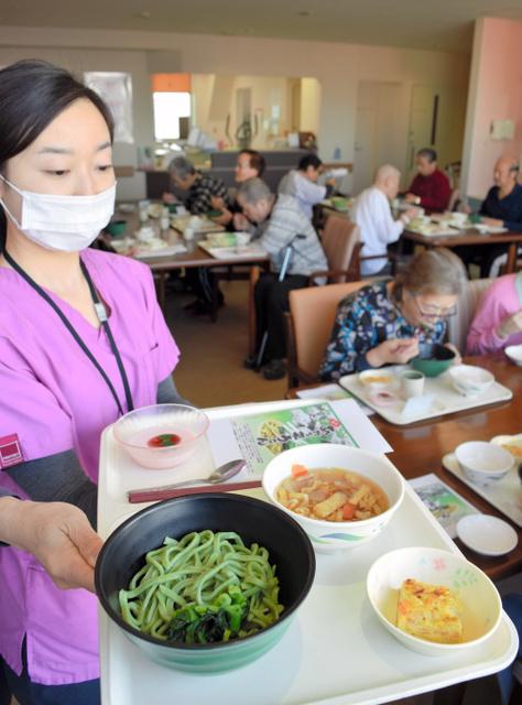 米倉脊椎・関節病院で患者たちに振る舞われているあだち菜うどん=1月、足立区扇3丁目