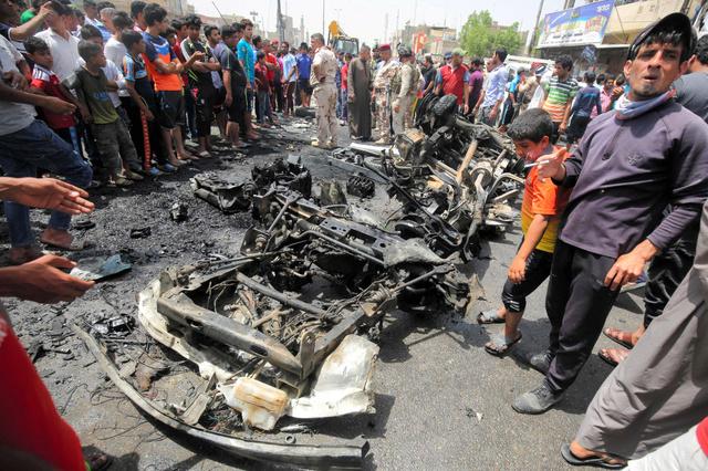 シーア派住民が多いバグダッドの「サドルシティー」で11日、爆発の現場に集まった人たち=AFP時事