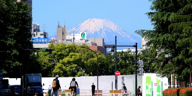 解体された国立競技場の工事現場の奥に見えた富士山=12日午前8時35分、東京・神宮外苑、嶋田達也撮影