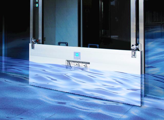 豪雨などの際にドアからの浸水を防ぐ止水板「ラクセット」=文化シヤッター提供