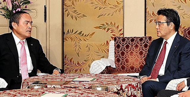会談する民主(当時)の岡田克也代表(右)と社民の吉田忠智党首。昨年10月、参院選に向けて候補者調整などについて協議していくことで一致した=15年10月6日、国会内、飯塚晋一撮影