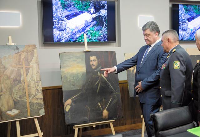 ウクライナのキエフで11日、発見された絵画を見る同国のポロシェンコ大統領=AP