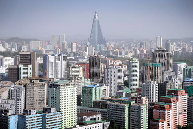 ビルが立ち並ぶ平壌市内。中央にそびえる高層ビルは柳京ホテル=2016年5月、AP。制裁の効果が疑問視されている
