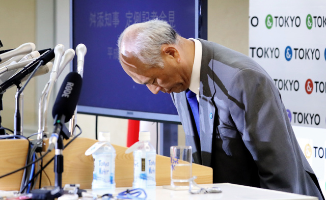 記者会見の冒頭、謝罪し頭を下げる舛添要一・東京都知事=13日午後、東京都新宿区の都庁、西畑志朗撮影