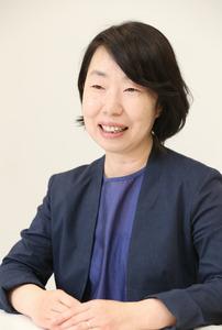作品D「晴れやかな顔、花咲く」の制作者の藤井智恵さん=いずれも東京都港区、池永牧子撮影