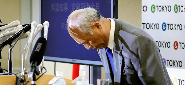 謝罪し頭を下げる舛添要一・東京都知事=13日午後、東京都庁、西畑志朗撮影