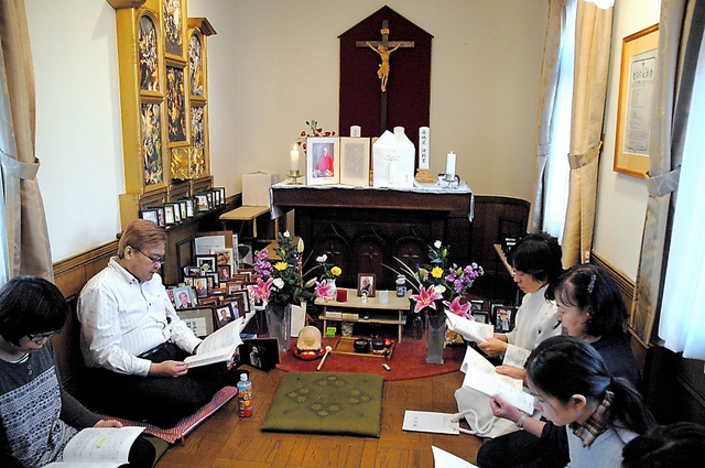 きぼうのいえの礼拝堂で開かれた「お別れの会」。山本雅基さん(左から2人目)らが祈りを捧げた=1月14日、東京都台東区清川2丁目、佐々木隆広撮影