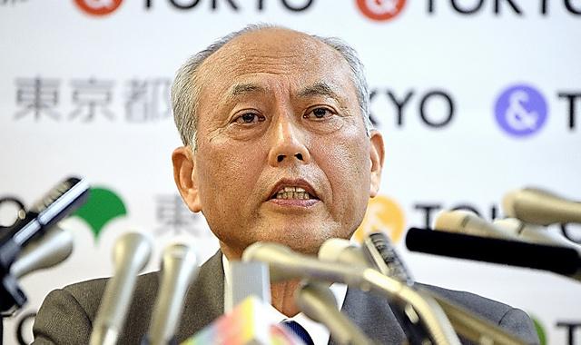 厳しい表情で会見する舛添要一・東京都知事=13日、都庁、諫山卓弥撮影