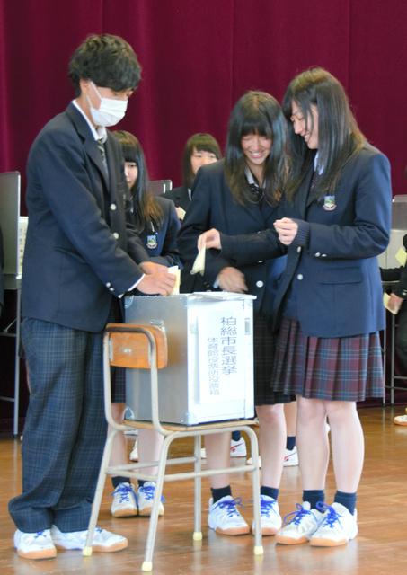 戸惑いながら初めての投票をする生徒=柏崎市元城町