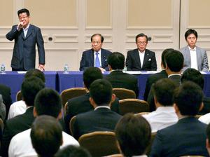 「大阪維新の会」の全体会議の冒頭で、あいさつする松井一郎代表(左)。右端は吉村洋文・大阪市長=14日午後、大阪市北区、高橋一徳撮影
