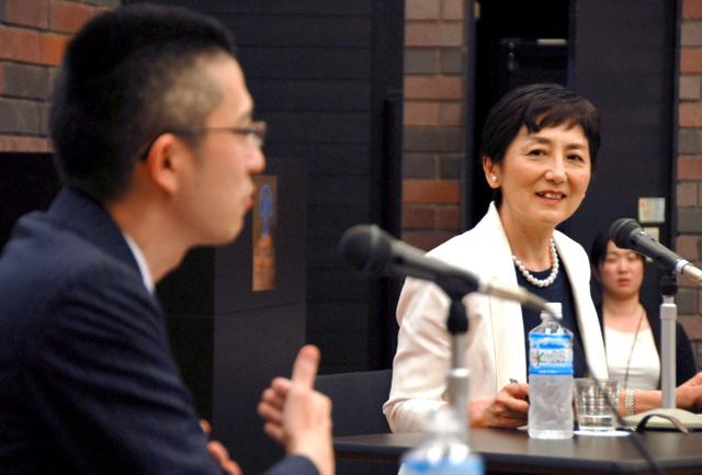 憲法学者の木村草太さん(左)と対談する国谷裕子さん=大阪市北区