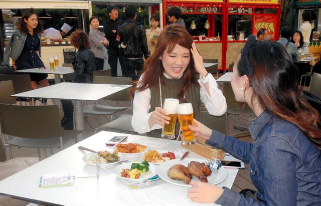 阪急百貨店うめだ本店屋上広場でビールを楽しむ女性ら=4月20日、大阪市北区