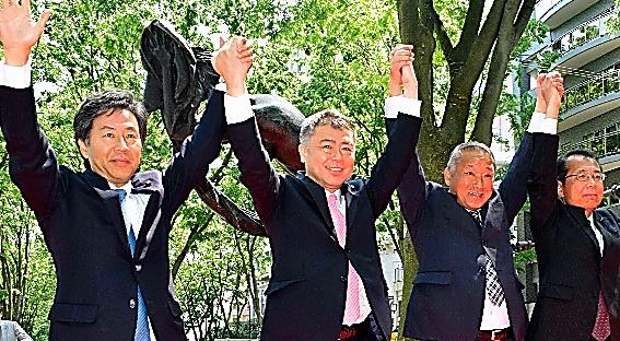 野党各党の推薦を受ける桜井充氏(左から2人目)と手をつなぎ、共闘をアピールする民進、共産、社民各党の代表者=14日、仙台市青葉区