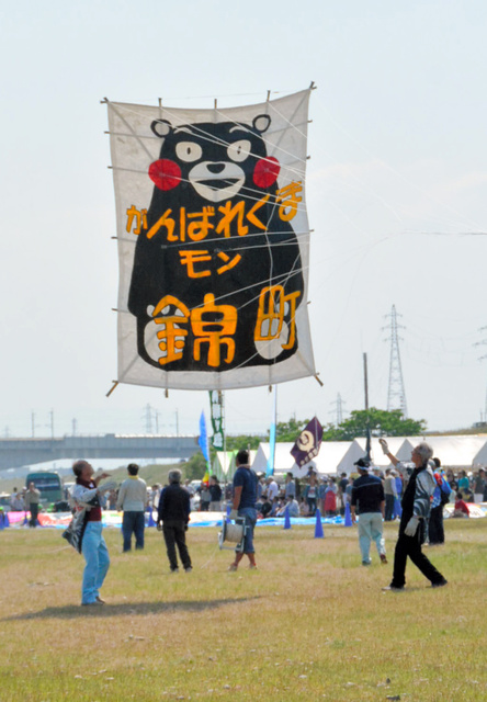 熊本県のキャラクター「くまモン」が描かれた大凧=射水市枇杷首